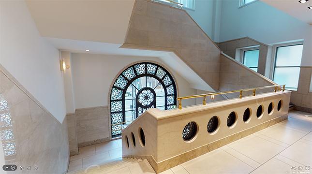 西側入口上の二階踊り場は、美しいアラベスクの透かし文様で彩られています。