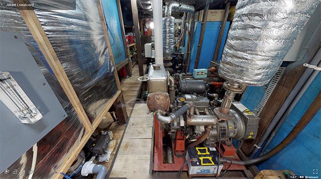 機関室/船体の長さ30m、幅7m。240馬力のエンジン、巡航速度は8ノットです。